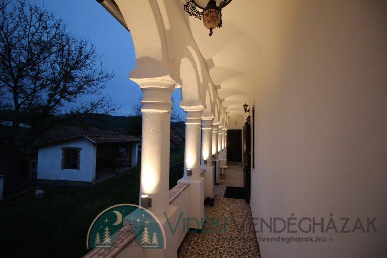 Antik-Vendégház-tornácának-oszlopai-esti-fényben-4.-antikvendeghaz.hu_-1.jpg