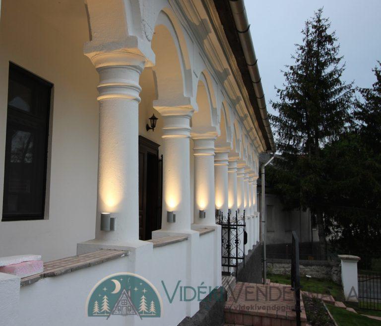 Antik-Vendégház-tornácának-oszlopai-esti-fényben-antikvendeghaz.hu_-1.jpg