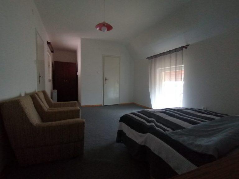 macskafeszek-vendeghaz-merlot-szoba-3-scaled-1.jpg